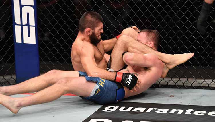 Kuncian Khabib membuat Gaethje menyerah dalam gelar UFC di Abu Dhabi, Uni Emirat Arab. Copyright: Josh Hedges/Zuffa LLC via Getty Images