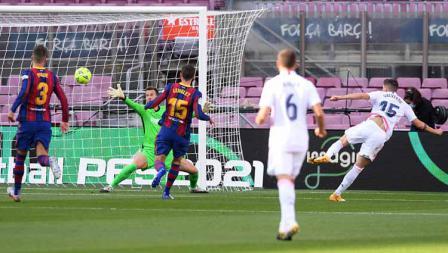 Federico Valverde mencetak gol pertama timnya dalam pertandingan LaLiga Spanyol 2020/21 antara Barcelona vs Real Madrid di Camp Nou, Sabtu (24/10/2020).