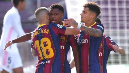 Selebrasi Ansu Fati bersama teman-teman rayakan gol pertama timnya dalam pertandingan LaLiga Spanyol 2020/21 antara Barcelona vs Real Madrid di Camp Nou, Sabtu (24/10/2020).