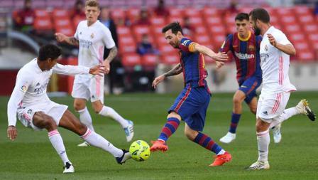 Megabintang Barcelona, Lionel Messi mencoba lepas dari hadangan pemain Real Madrid dalam laga lanjutan LaLiga Spanyol 2020/21