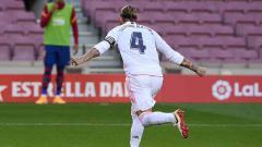 Indosport - Sergio Ramos melakukan selebrasi usai mencetak gol penalti dalam pertandingan antara FC Barcelona dan Real Madrid di Camp Nou, Sabtu (24/10/2020).