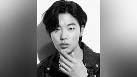 Aktor Korea Selatan, Ryu Jun-yeol, memamerkan keahliannya mengeksekusi tendangan penalti. Aksinya ini mengingatkan akan legenda Man United Park Ji Sung. - INDOSPORT
