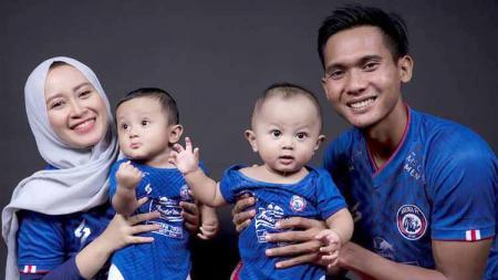 Keluarga Hendro Siswanto, istri dan kedua putra kembarnya. - INDOSPORT
