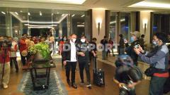 Indosport - Iwan Bule bersama Indra Sjafri saat timnas Indonesia U-19 tiba di Hotel Fairmont pasca melakukan perjalanan jauh dari Kroasia.