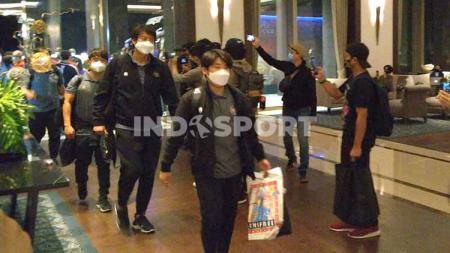 Suasana rombongan timnas Indonesia U-19 tiba di Hotel Fairmont pasca melakukan perjalanan jauh dari Kroasia. - INDOSPORT