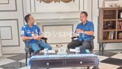 Indosport - CEO PSIS Semarang, Yoyok Sukawi saat mendatangai kediaman Kukrit Suryo Wicaksono dalam acara perdana Sowan Tokoh Semarangan.