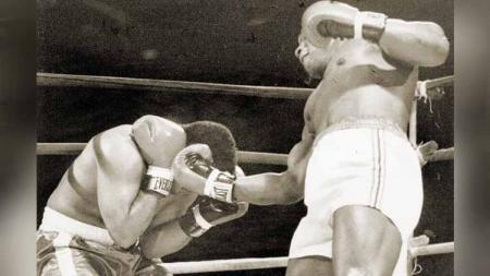 Sebelum dikenal sebagai petinju legendaris, Mike Tyson mengawali karier profesional dengan mengalahkan Hector Mercedes di laga debutnya. - INDOSPORT