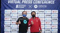 Indosport - Sekjen PSSI, Yunus Nusi (kiri) bersama CEO Netzme, Vicky G Putra