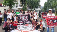 Indosport - Alamsyah Herman (jongkok paling kiri) bersama suporter PSM Makassar.