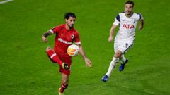 Indosport - Aksi Lior Refaelov di laga Liga Europa 2020/2021 Royal Antwerp vs Tottenham Hotspur.