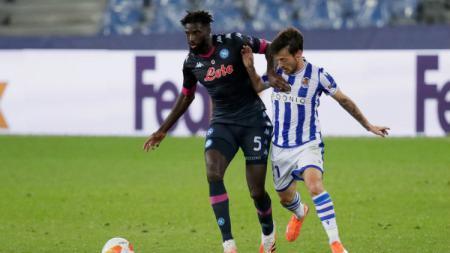 Aksi Tiemoue Bakayoko dan David Silva di laga Liga Europa Real Sociedad vs Napoli. - INDOSPORT