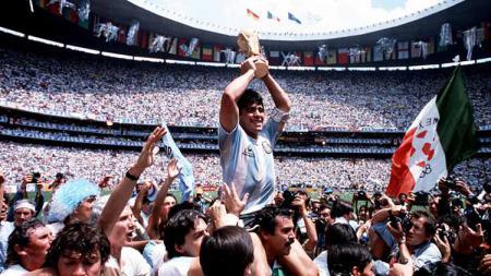 Maradona merupakan salah satu bintang terbaik dalam sejarah sepak bola. Ia pun menginsipirasi para bintang lainnya seperti Ronaldinho hingga Lionel Messi. - INDOSPORT