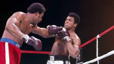 Dalam tinju, ada sebuah strategi bernama rope-a-dope yang diciptakan oleh Muhammad Ali dan berhasil membuatnya merebut sabuk juara dunia. - INDOSPORT