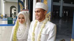 Indosport - Bek muda klub Liga 1 Persebaya Surabaya, Rachmat Irianto atau yang biasa akrab disapa Rian sudah resmi menyandang status suami.