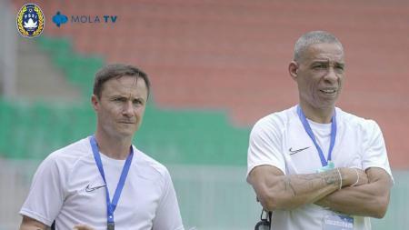 Pelatih Garuda Select, Dennis Wise (kiri). - INDOSPORT