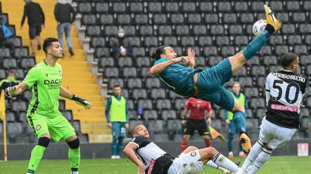 Zlatan Ibrahimovic mencetak gol untuk AC Milan saat melawan Udinese di Serie A Italia, Minggu (01/11/20). - INDOSPORT