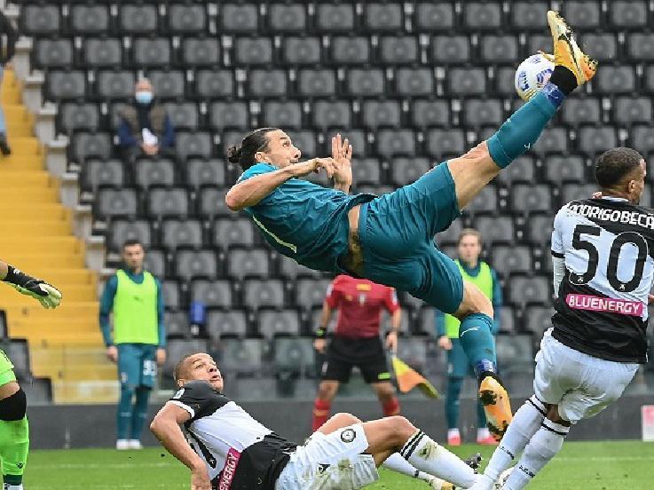 Zlatan Ibrahimovic mencetak gol untuk AC Milan saat melawan Udinese di Serie A Italia, Minggu (01/11/20). Copyright: Twitter @EuropaLeague