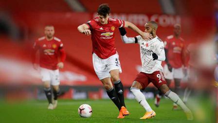 Duel dua pemain Manchester United, Harry Maguire dengan Alexandre Lacazette di laga Liga Inggris.