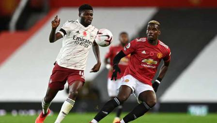 Duel dua pemain Arsenal, Thomas Partey saat dihadang Paul Pogba di laga Liga Inggris.