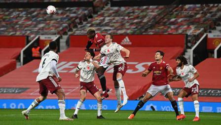 Paul Pogba bersaing untuk mendapatkan sundulan bola dengan Rob Holding di Liga Inggris.