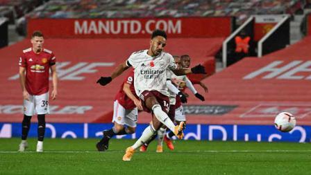 Pemain Arsenal, Pierre-Emerick Aubameyang mencetak gol dari titik penalti.