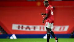 Indosport - Paul Pogba merana usai Manchester United kalah dari Arsenal