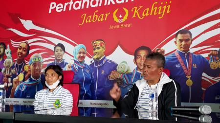 Pelatih tim sepak bola putri Jabar, Ronny Remon (kanan) dan pemainnya Een Sumarni (kiri), Gedung  KONI Jabar, Kota Bandung, Selasa (3/11/20). - INDOSPORT