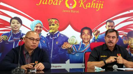 Ketua KONI Jabar, Ahmad Saefudin (kanan) saat konferensi pers di Gedung Koni Jabar, Kota Bandung, Rabu (04/11/20). - INDOSPORT