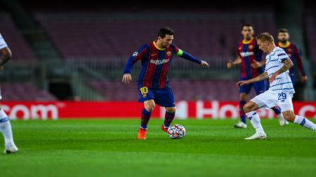 Lionel Messi menggocek bola di laga Barcelona vs Dynamo Kiev - INDOSPORT