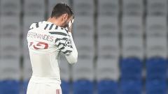 Indosport - Bruno Fernandes tampak kelelahan di laga Istanbul Basaksehir vs Manchester United