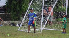 Indosport - Rendi Irwan saat memimpin latihan SSB Kelud Putra.