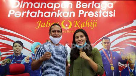 Pelatih tim tinju Jabar, Alberto Alfons (kiri) bersama atlet tinju putri Jabar Ajeng Syifa Silvia G (kanan), saat konferensi pers di Gedung KONI Jabar, Kota Bandung, Kamis (05/11/20). - INDOSPORT
