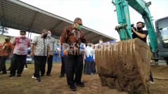 Indosport - Wali Kota Bandung, Oded M Danial, menghadiri awal renovasi Stadion Persib, Jalan Ahmad Yani, Kota Bandung, Jumat (06/11/2020).