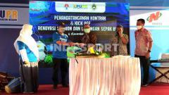 Indosport - Wali Kota Bandung, Oded M Danial, menghadiri kick off renovasi Stadion Persib, Jalan Ahmad Yani, Kota Bandung, Jumat (06/11/2020).