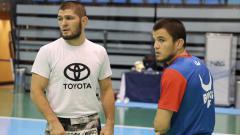 Indosport - Khabib Nurmagomedov dengan Umar Nurmagomedov