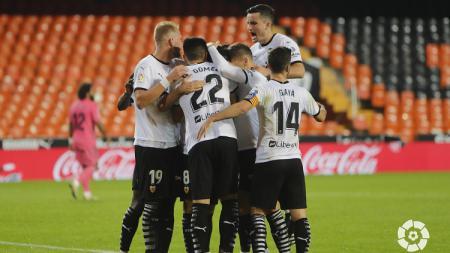 Gelandang Valencia, Carlos Soler, menorehkan gol penalti dalam pertandingan LaLiga Spanyol. - INDOSPORT