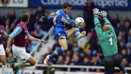 Aksi Harry Kewell saat membawa Leeds United menang atas West Ham United dalam pertandingan Liga Inggris, 10 November 2002. - INDOSPORT