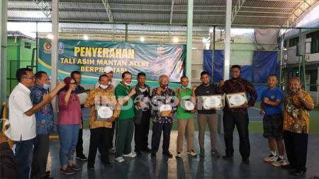 Ketua KONI Jatim, Erlangga Satriagung memberikan apresiasi kepada mantan atlet Jatim bertepatan dengan hari Pahlawan. - INDOSPORT