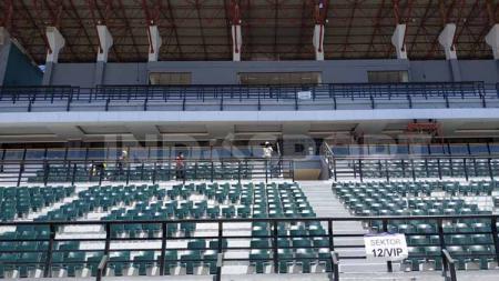 Tribun Stadion GBT sudah terpasang single seat. - INDOSPORT