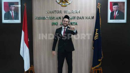 Pemain Persija Jakarta Marc Klok resmi menyandang status Warga Negara Indonesia. - INDOSPORT