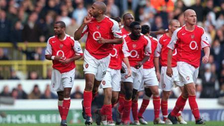 Ekspresi Thierry Henry usai mencetak gol untuk Arsenal dalam pertandingan Liga Inggris kontra Tottenham Hotspur, 13 November 2004. - INDOSPORT