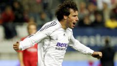 Indosport - Selebrasi Ruud van Nistelrooy usai mencetak gol untuk Real Madrid dalam pertandingan LaLiga Spanyol kontra Osasuna, 12 November 2006.