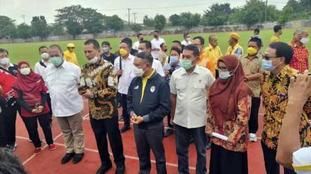 Menpora Zainudin Amali (jaket hitam), didampingi Wakil Gubernur Sumut, Musa Rajekshah, saat memberikan wejangan ke siswa PPLP Sumut di Medan, Kamis (12/11/20). - INDOSPORT