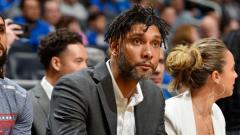 Indosport - Tim Duncan saat menjadi asisten pelatih di San Antonio Spurs.