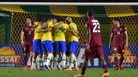 Timnas Brasil saat selebrasi gol pertama melawan Venezuela. - INDOSPORT
