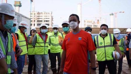 Gubernur DKI Anies Baswedan bersama tim Persija memantau pembangunan Jakarta International Stadium (JIS). - INDOSPORT