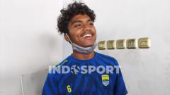 Indosport - Pemain muda Persib Bandung, Saiful, saat ditemui di Graha Persib, Jalan Sulanjana, Kota Bandung, Selasa (03/11/2020).