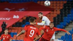 Indosport - Aksi Sergio Ramos dalam pertandingan UEFA Nations League antara Swiss vs Spanyol, Sabtu (14/11/20).