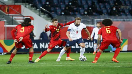 Harry Kane berduel dengan para pemain Belgia. - INDOSPORT