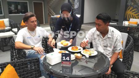 Gelandang tim Persib Bandung, Febri Hariyadi (kanan) mencicipi roti dan kue khas Jerman yang dijual oleh rekannya Kim Jeffrey Kurniawan (kiri) di Sultown, Jalan Sulanjana, Kota Bandung, Minggu (15/11/2020). - INDOSPORT